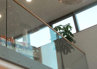 Geländer mit Glasfassade